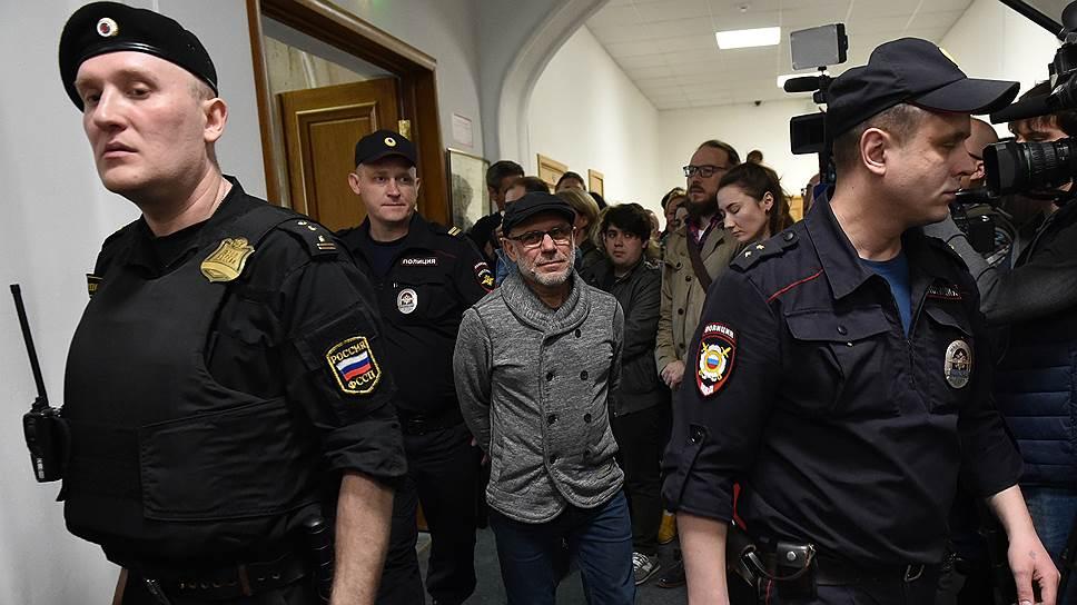 Бывший гендиректор «Гоголь-центра» Алексей Малобродский (в центре)