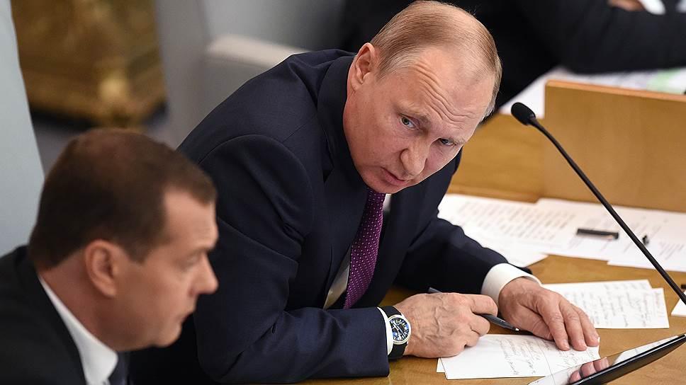 Президент России Владимир Путин (справа) и премьер-министр Дмитрий Медведев