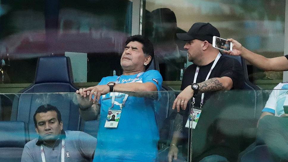 Аргентинский футболист Диего Марадона (второй слева)