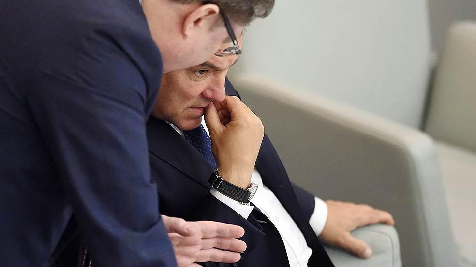 Член комитета по бюджету и налогам Андрей Исаев (слева) и спикер Госдумы Вячеслав Володин