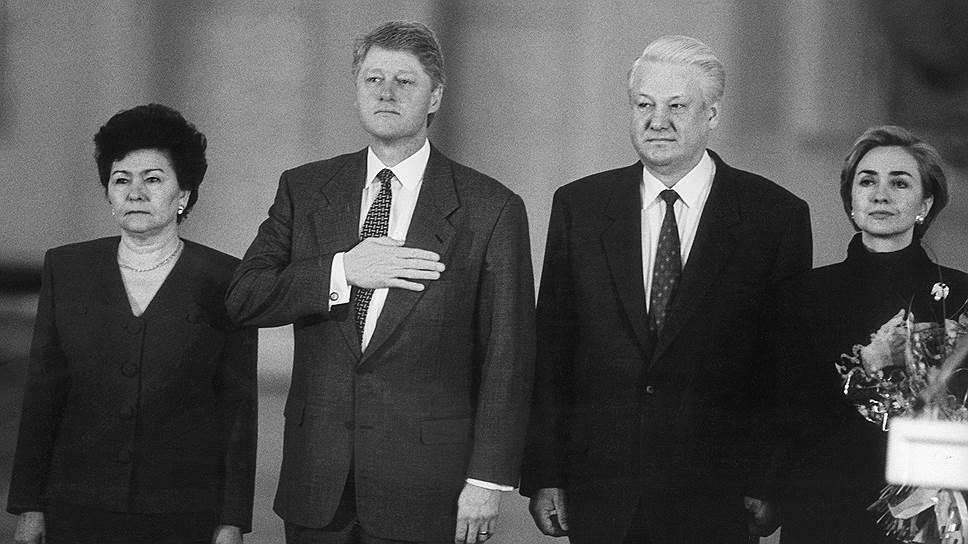 Президент США Билл Клинтон (второй слева), президент России Борис Ельцин (второй справа) и супруги президентов Наина Ельцина (слева) и Хилари Клинтон (справа)