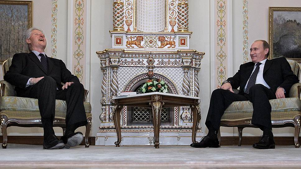 Билл Клинтон (слева) и Владимир Путин (справа) в 2010 году