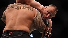 Алексей Олейник выиграл главный бой первого турнира UFC в России