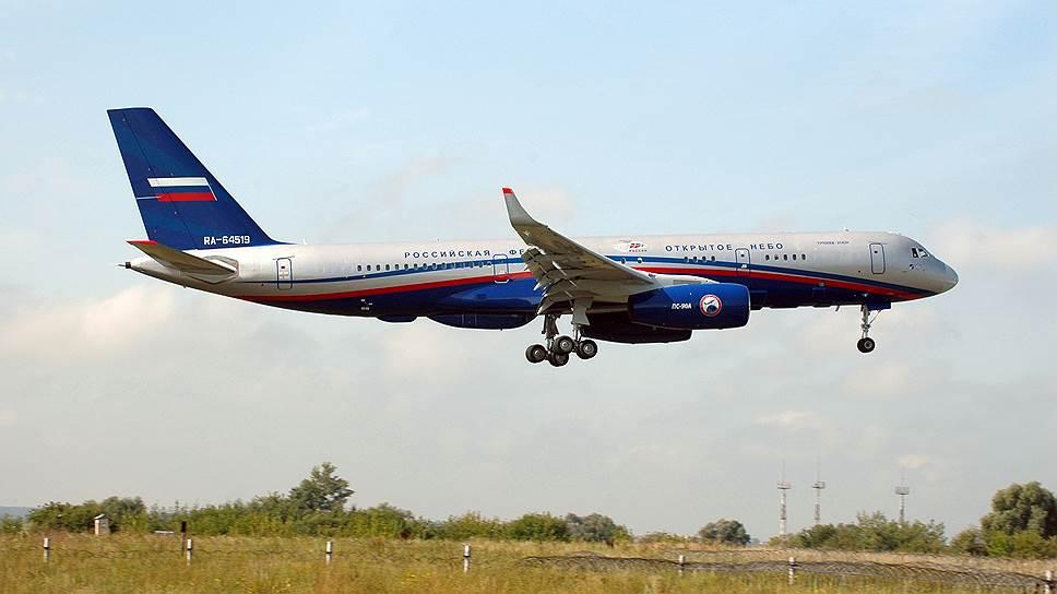 Самолет Ту-214ОН во время показательного полета