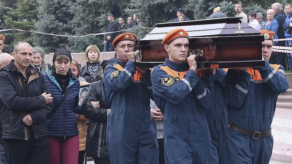Церемония прощания с погибшими при стрельбе и взрыве в Керченском политехническом колледже прошла на площади Ленина 19 октября