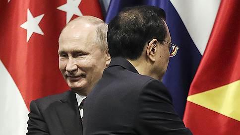 Путина попросили пройти через рамку металлоискателя на саммите в Сингапуре