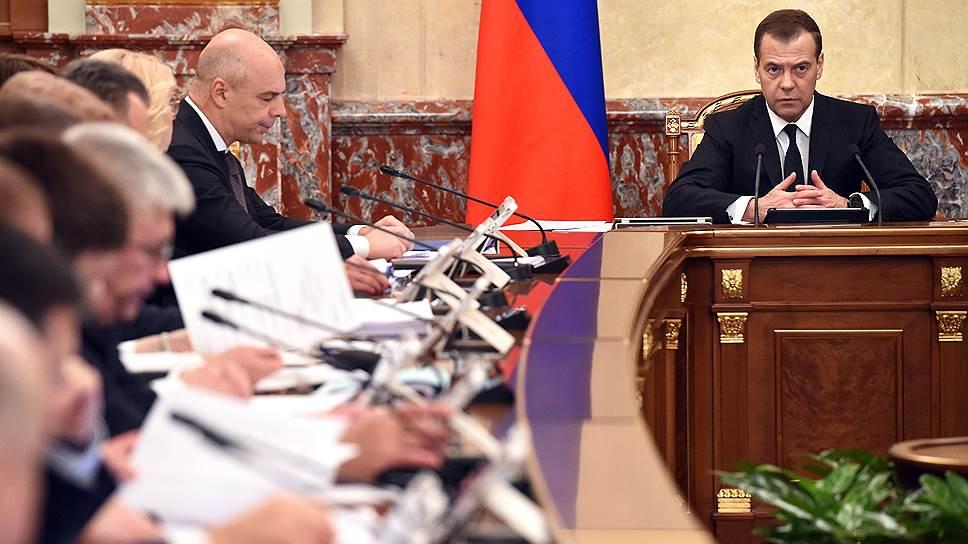Председатель правительства России Дмитрий Медведев (справа) и вице-премьер—министр  финансов Антон Силуанов
