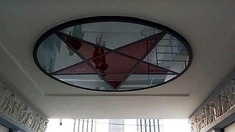 На станции метро «Сокольники» восстановили витраж в виде пентаграммы