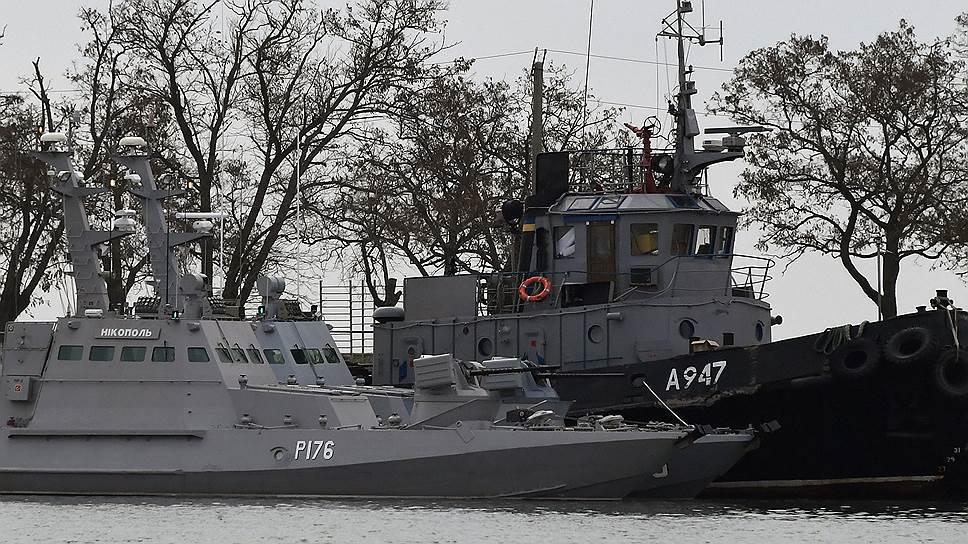 Малый бронированный артиллерийский катер «Никополь» (слева) и рейдовый буксир «Яны Капу» ВМС Украины в порту Керчи