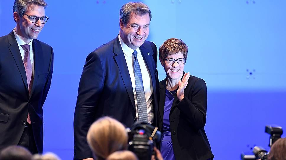 Председатель ХСС Маркус Зёдер (в центре) и председатель ХДС Аннегрет Крамп-Карренбауэр