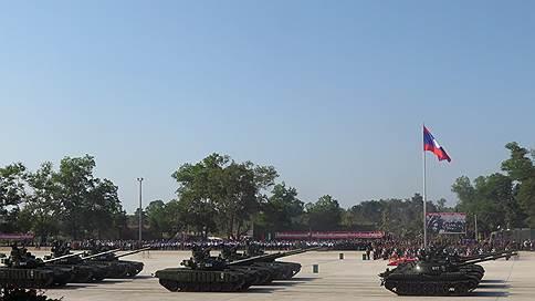 На параде в Лаосе показали российские танки Т-72