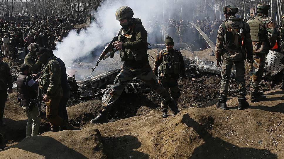 Солдаты индийской армии на месте крушения вертолета Ми-17 ВВС Индии в округе Бадгам в Кашмире