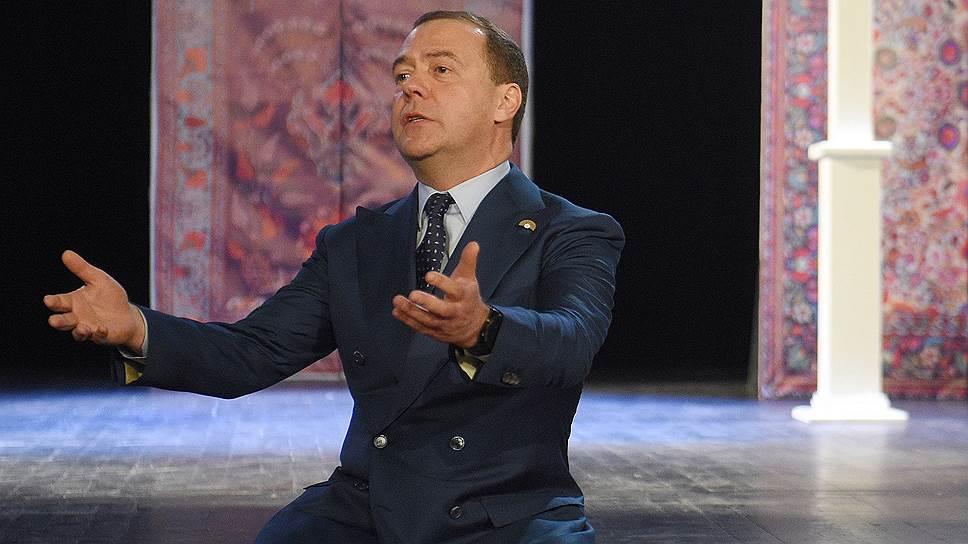 Председатель правительства России Дмитрий Медведев во время посещения Учебного театра ГИТИСа