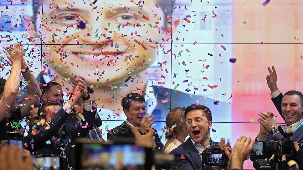 Избранный президент Украины Владимир Зеленский (второй справа)