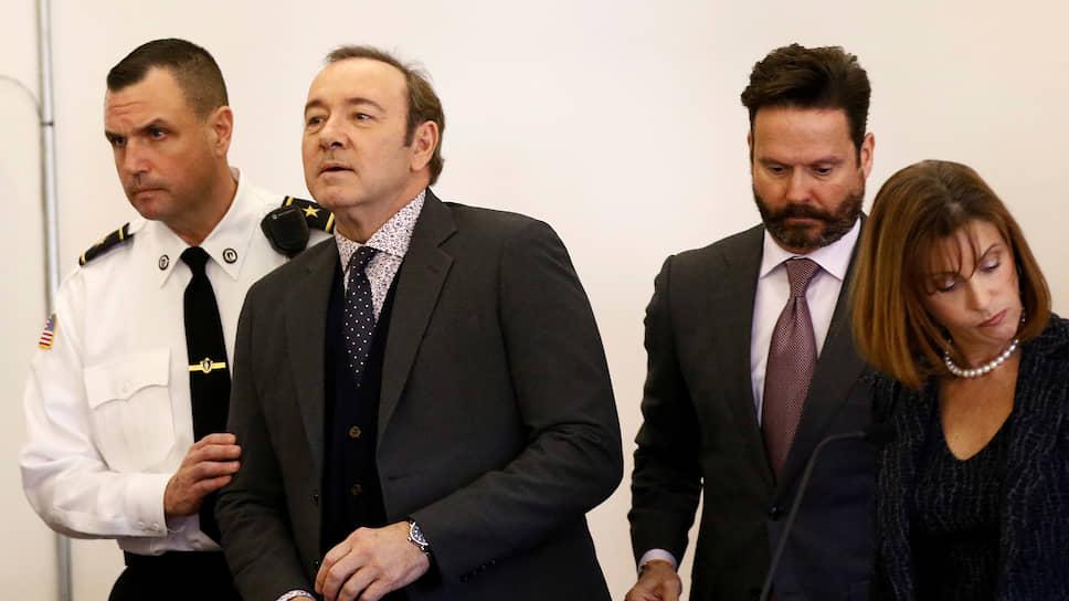 Американский актер Кевин Спейси (второй слева) со своими адвокатами