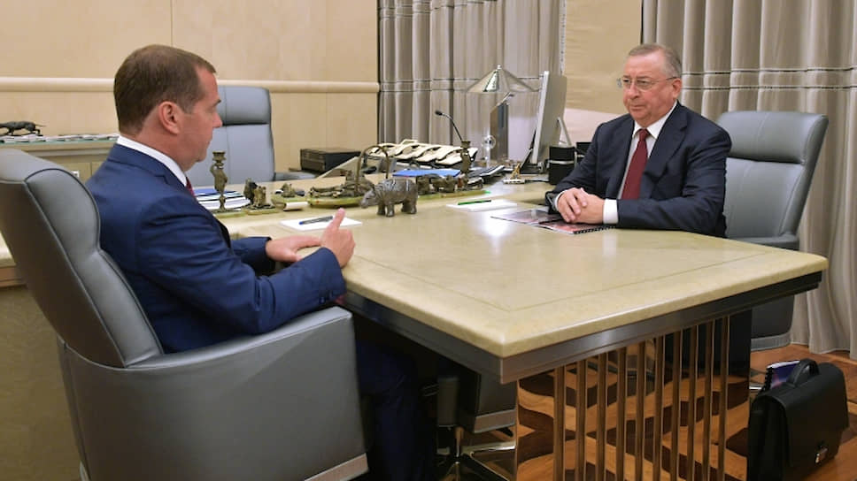 Премьер-министр Дмитрий Медведев и президент «Транснефти» Николай Токарев