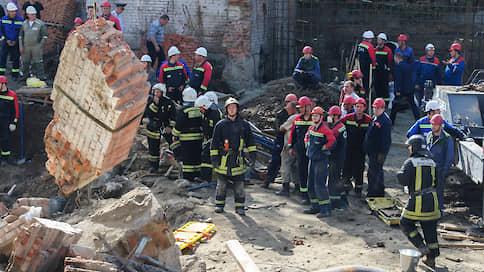 Рабочий погиб при обрушении здания в Новосибирске, судьба восьми неизвестна