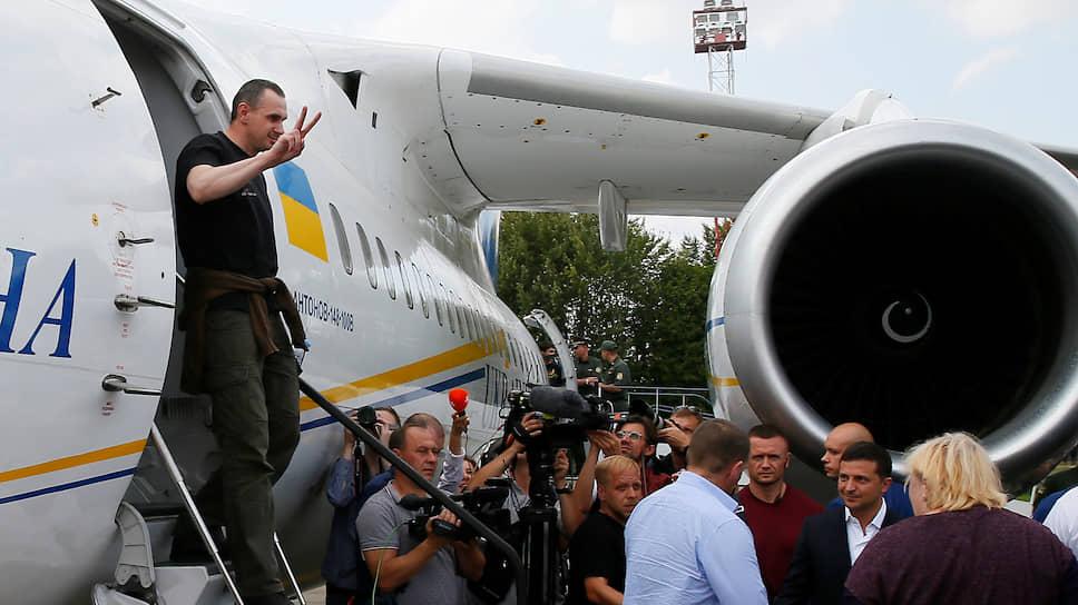 Президент Украины Владимир Зеленский (справа) встречает режиссера Олега Сенцова (слева) и других освобожденных украинцев