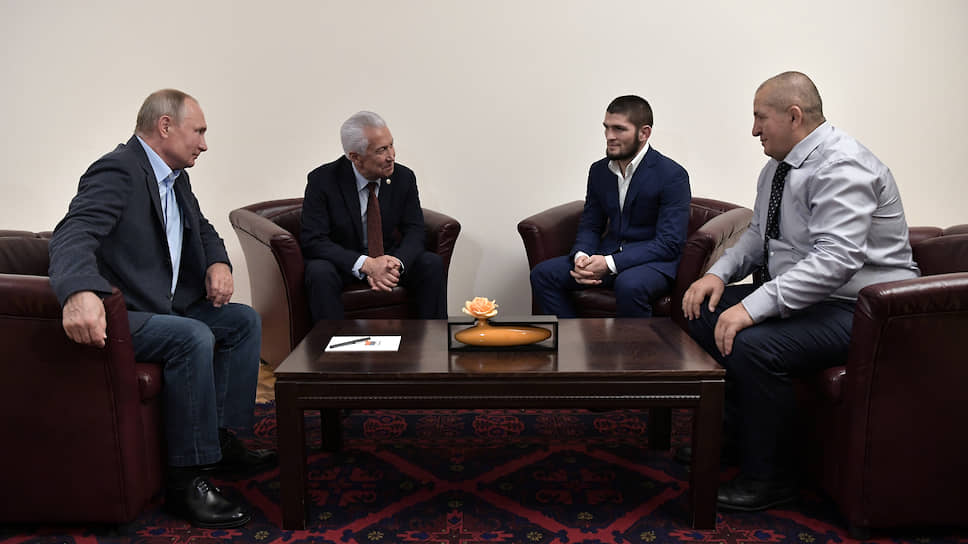 Слева направо: президент Владимир Путин, глава Дагестана Владимир Васильев, боец MMA Хабиб Нурмагомед и его отец Абдулманап Нурмагомедов