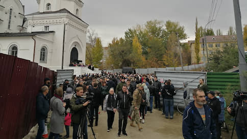 В Саратове проститься с убитой девочкой пришли около тысячи человек