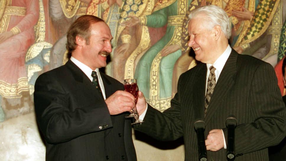 Президенты Белоруссии и России Александр Лукашенко и Борис Ельцин на церемонии подписания Союзного договора 2 апреля 1997 года