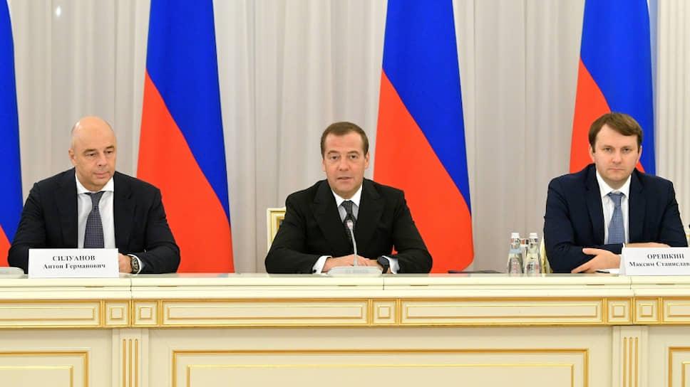 Слева направо: первый вице-премьер, министр финансов России Антон Силуанов, премьер-министр Дмитрий Медведев и министр экономического развития Максим Орешкин