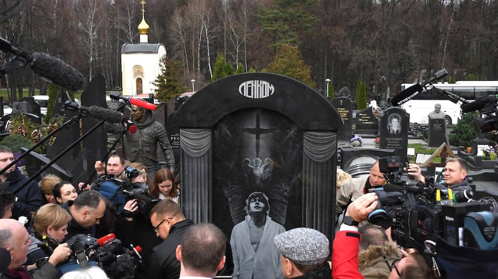 Церемония открытия памятника Николаю Караченцову на Троекуровском кладбище