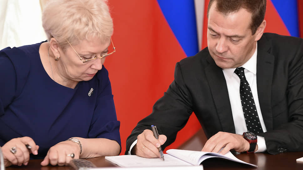 Министр образования и науки России Ольга Васильева и премьер-министр России Дмитрий Медведев