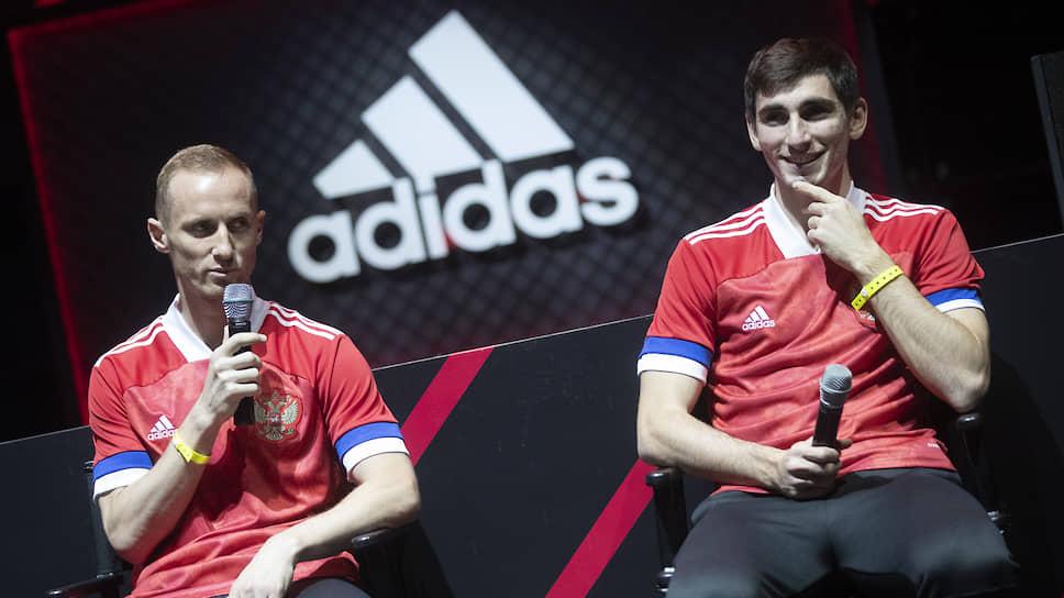 Футболисты Владислав Игнатьев (слева) и Зелимхан Бакаев