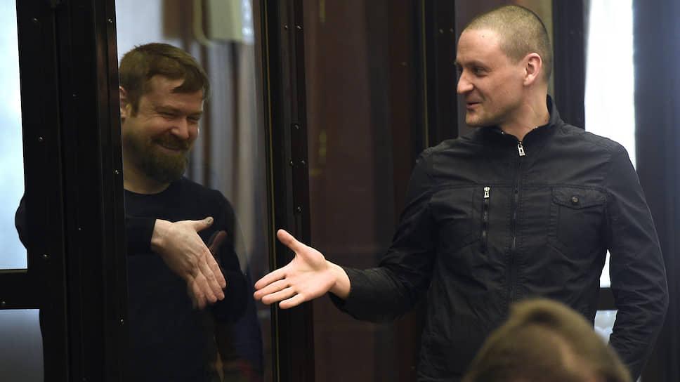 Оппозиционеры Леонид Развозжаев (слева) и Сергей Удальцов