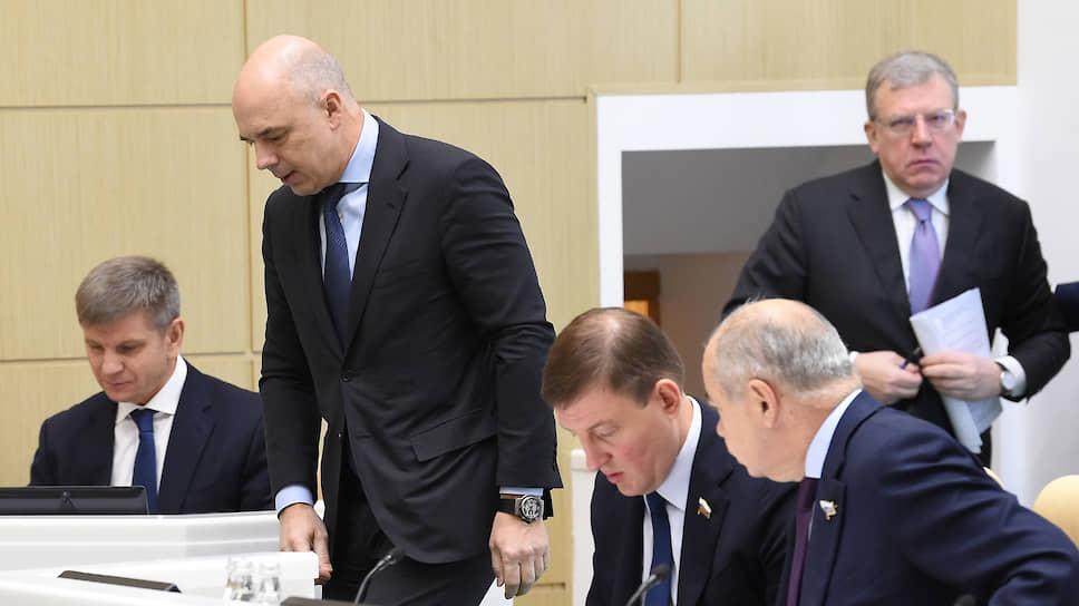 Первый вице-премьер, министр финансов России Антон Силуанов (второй слева) и председатель Счетной палаты Алексей Кудрин (справа)