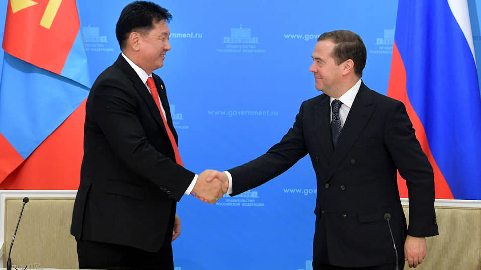 Премьер-министры Монголии и России Ухнагийн Хурэлсух (слева) и Дмитрий Медведев
