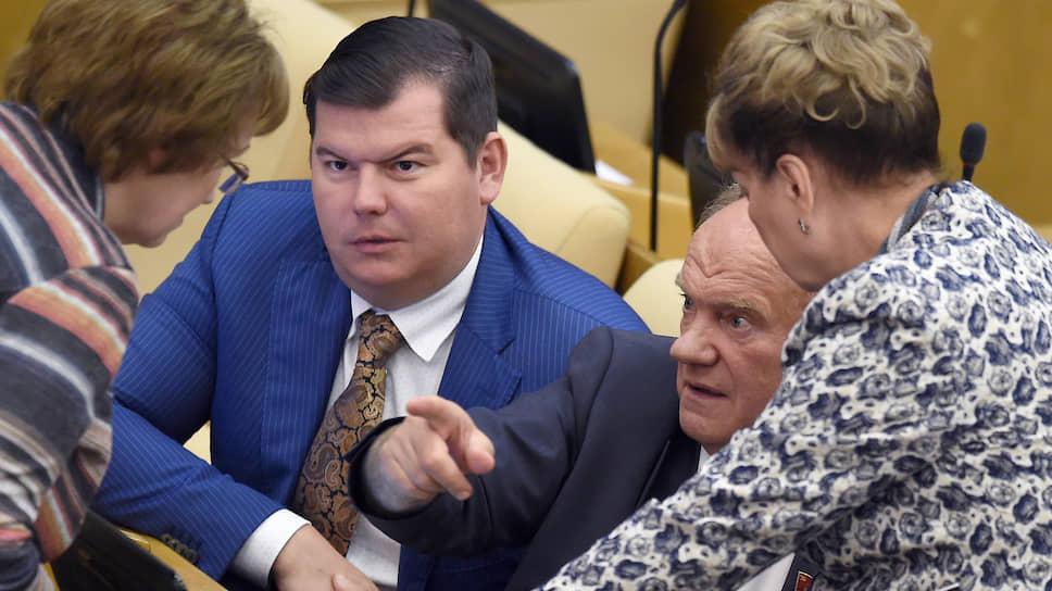 Коммунист Михаил Авдеев (слева)