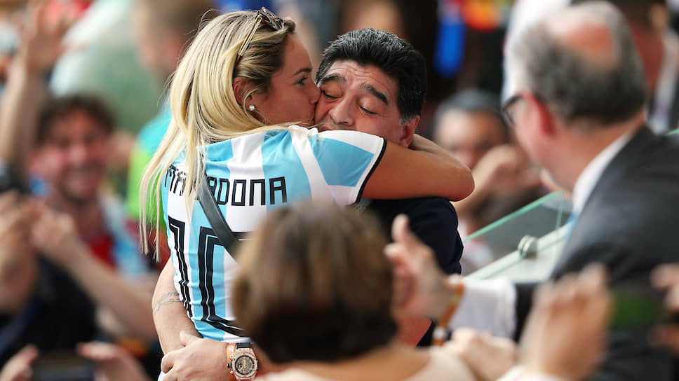Диего Марадона с женщиной в майке с его фамилией