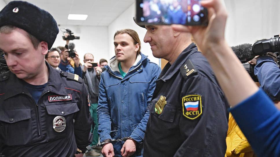 Сергей Суровцев (в центре)