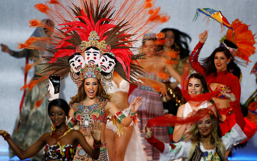 Участницы конкурса во время церемонии открытия