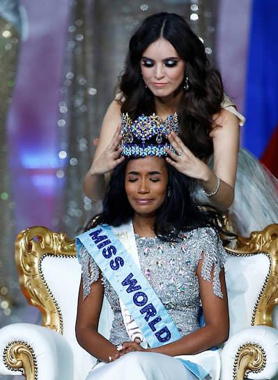 Награждение победительницы — представительницы Ямайки Тони-Энн Сингх