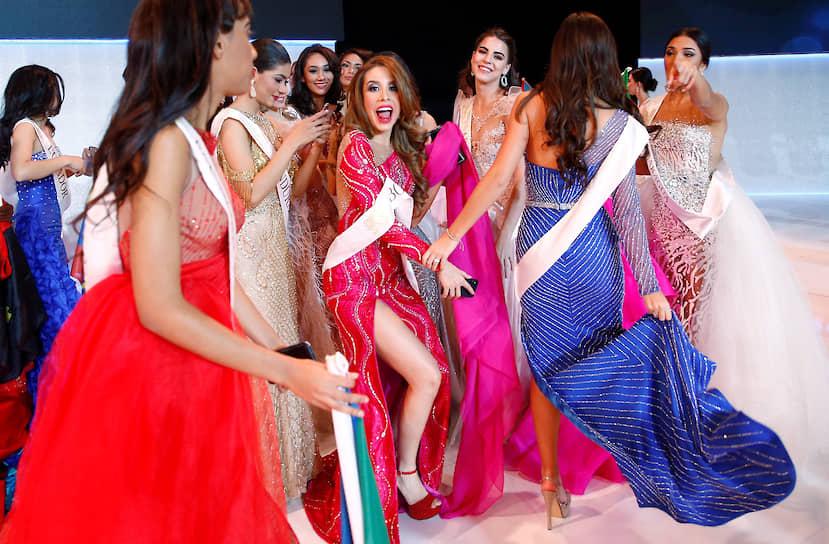 Участницы конкурса красоты после церемонии награждения