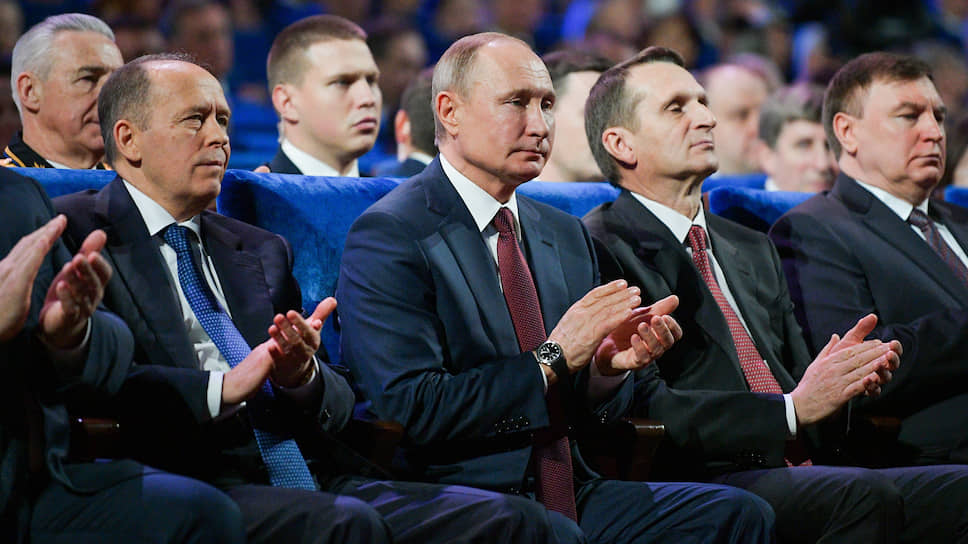 Слева направо: директор ФСБ Александр Бортников, президент России Владимир Путин, руководитель Службы внешней разведки Сергей Нарышкин