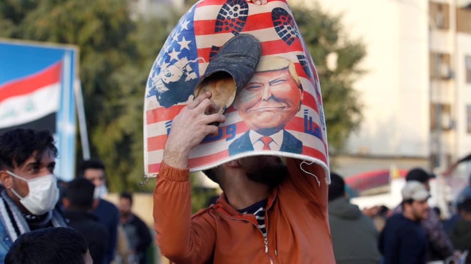 Протестующий у посольства США в Багдаде 1 января