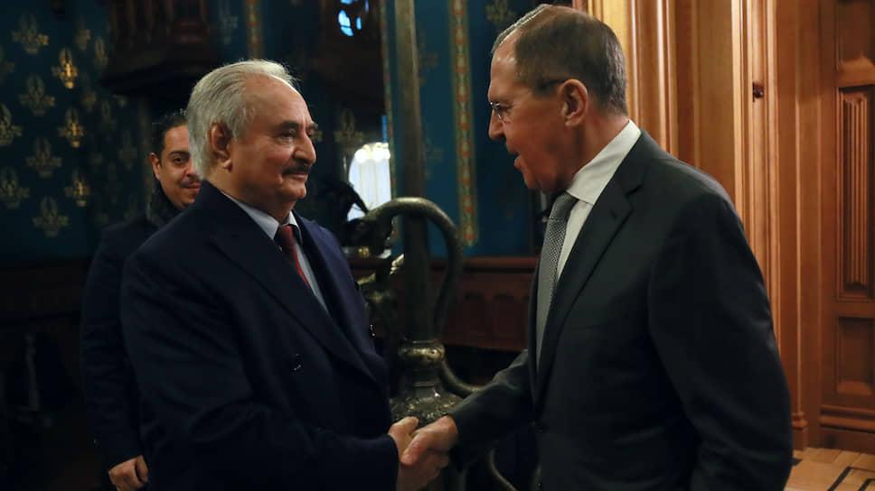 Верховный главнокомандующий Ливийской национальной армии Халифа Хафтар (слева) и министр иностранных дел России Сергей Лавров