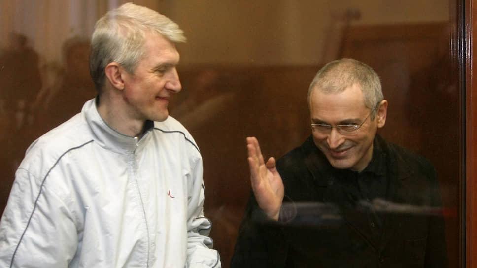 Платон Лебедев (слева) и Михаил Ходорковский на заседании Хамовнического суда в 2010 году