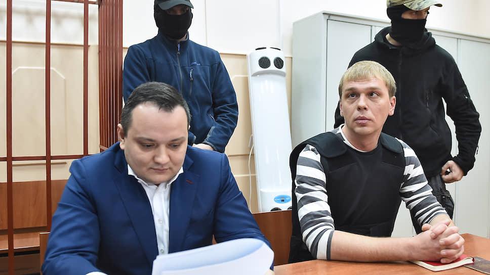 Адвокат Сергей Бадамшин (слева) и журналист «Медузы» Иван Голунов
