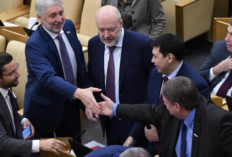 Председатель комитета Госдумы по госстроительству и законодательству Павел Крашенинников (в центре)