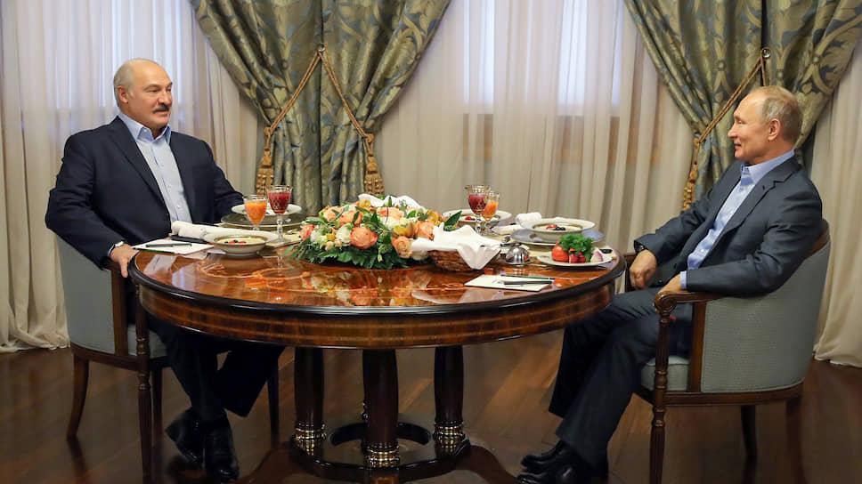 Президенты Белоруссии и России Александр Лукашенко (слева) и Владимир Путин