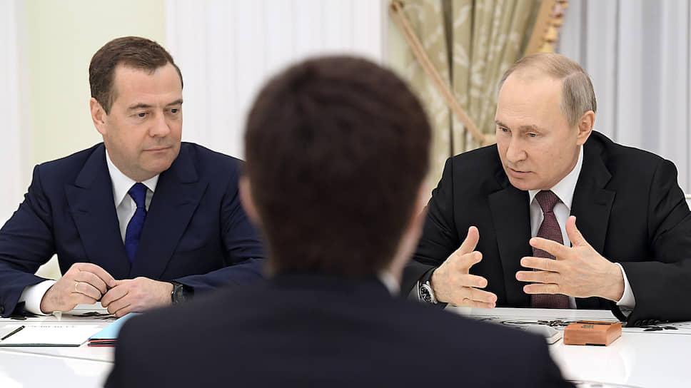 Заместитель председателя Совета безопасности России Дмитрий Медведев (слева) и президент России Владимир Путин