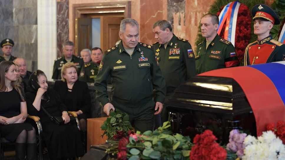 Министр обороны России Сергей Шойгу (в центре) и начальник Генерального штаба Вооруженных сил Валерий Герасимов (третий справа)