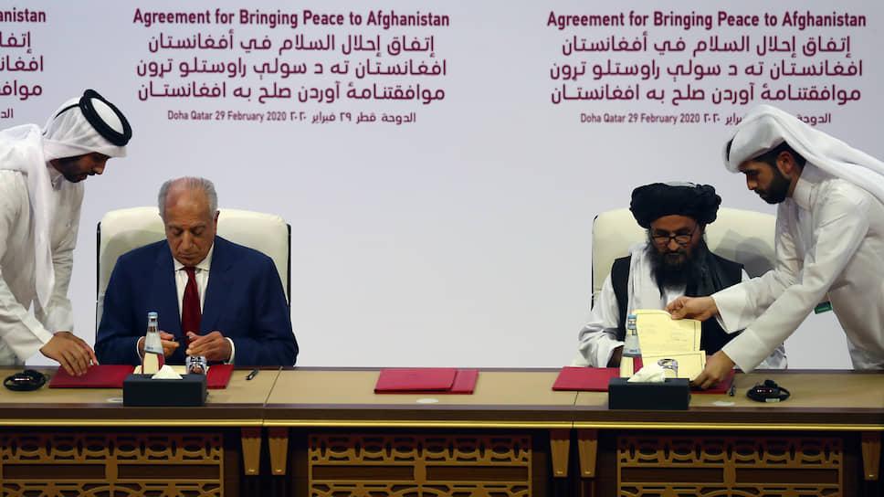 Cпецпредставитель США по Афганистану Залмай Халилзад (слева) и представитель «Талибана», глава катарского политического офиса движения мулла Абдулла Гани Барадар
