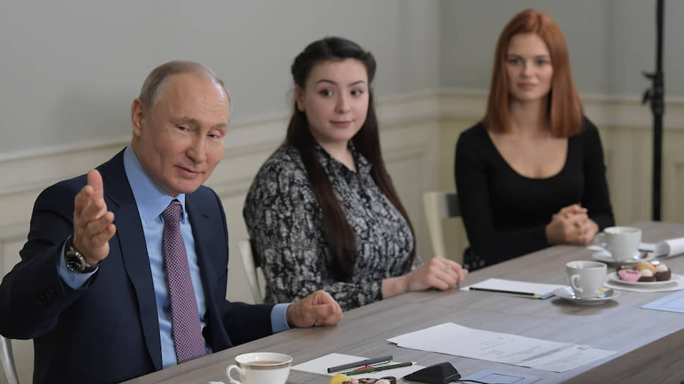 Президент России Владимир Путин с участницами встречи