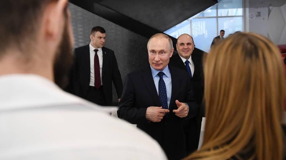 Президент России Владимир Путин (в центре) и премьер-министр России Михаил Мишустин (справа)